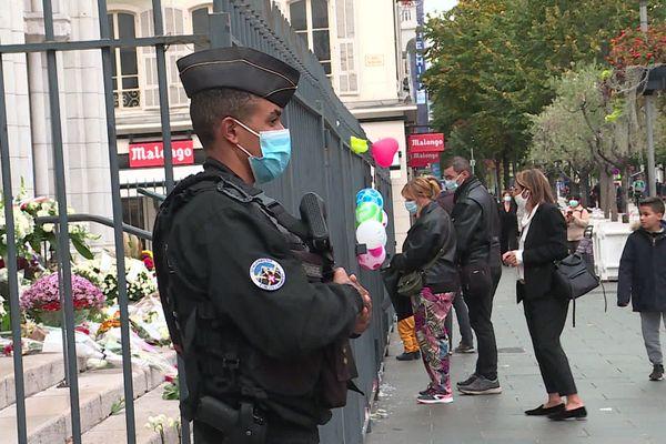 Un policier monte la garde devant la basilique Notre-Dame, à Nice.