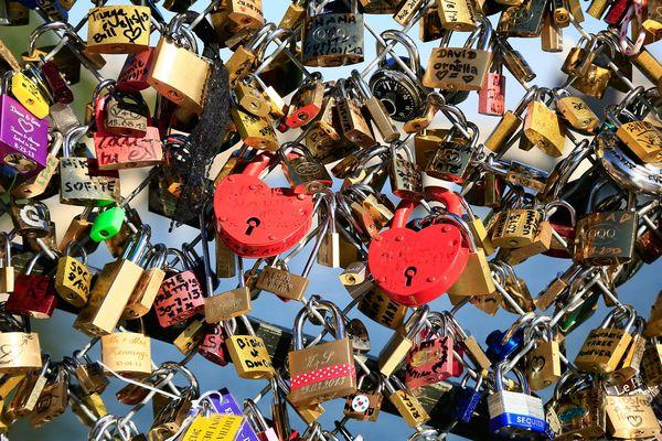 (Illustration cadenas au Pont des Arts) 150 cadenas volés à EDF à Flamanville