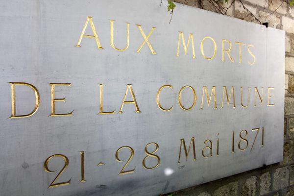 Plaque en hommage aux victimes de la Semaine Sanglante au mur des Fédérés du cimetière du Père Lachaise à Paris