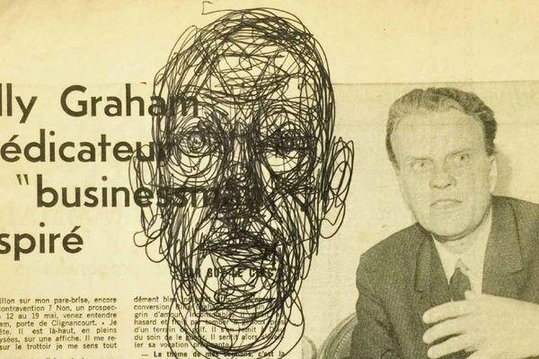 """Dessin d'Alberto Giacometti (1901-1966) : """"Tête d'homme"""", 1963 Stylo bille noir sur coupure de presse. 19,4 x 23,5 cm."""