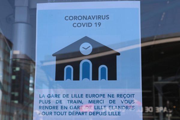 Une affichette sur les vitres de la gare Lille-Europe