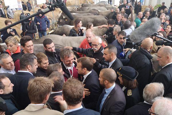 Emmanuel Macron dans les allées discutant avec les éleveurs.