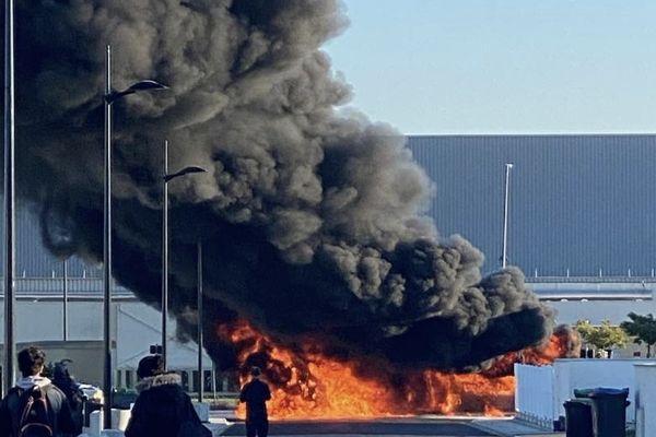 Un bus entièrement ravagé par les flammes lors d'un incendie qui s'est déclaré à Plaisance-du-Touch, près de Toulouse.