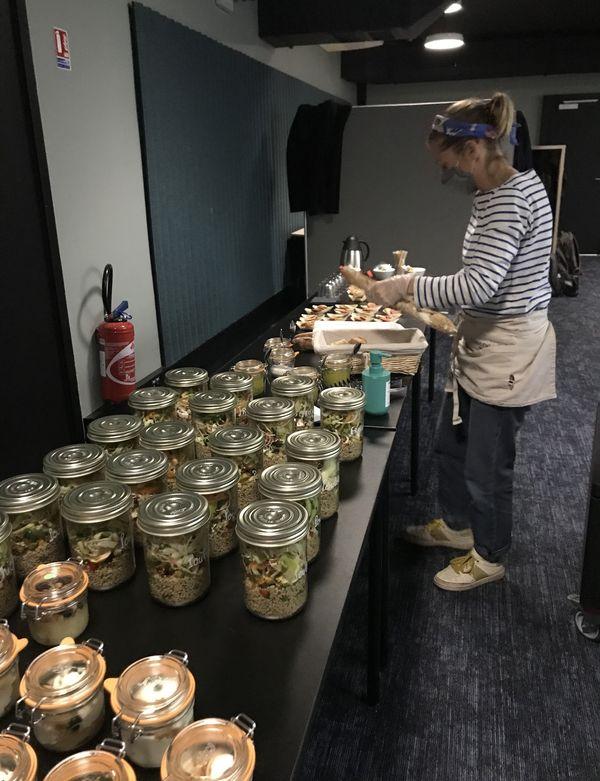 C'est dans une cuisine partagée de Saint-Herblain que Clémence Goussin prépare ses plats avant de les livrer.