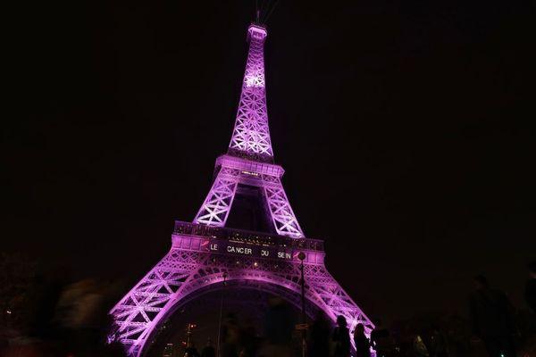 La tour Eiffel illuminée en rose en septembre 2017 pour le lancement d'Octobre rose.
