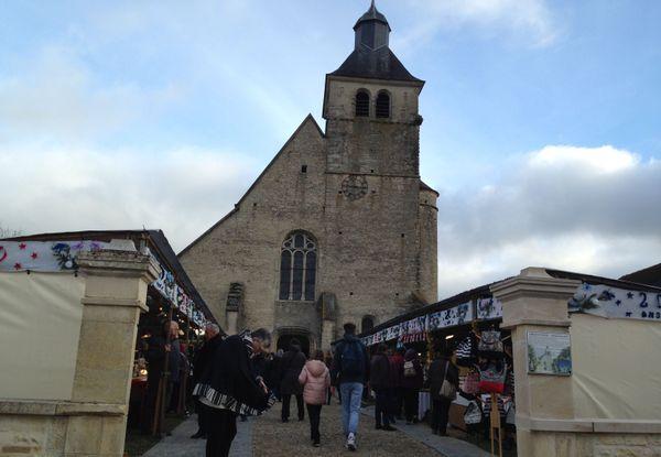 La fête de Noël au pied de l'église d'Argenteuil-sur-Armançon dans l'Yonne