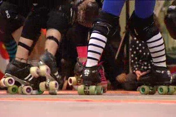 Le roller derby est une course de contact sur patins à roulettes venue des Etats-Unis, à prédominance féminine.