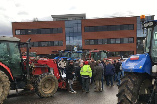 Une soixantaine de tracteurs à Wiwersheim, devant la permanence de la députée LREM Martine Wohner.