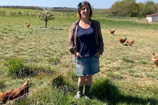 """Mathilde Bacou et ses poules du Gaec """"BCBG"""" à Fourquevaux dans le Lauragais."""