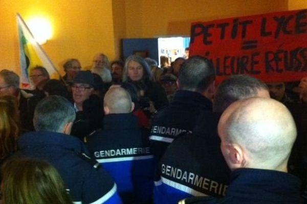 A Migennes, dans la Nièvre, l'annonce de la fermeture du lycée Blaise Pascal en 2016 s'est faite en présence des gendarmes lundi 26 janvier 2015