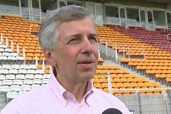 Claude MICHY, le président du Clermont Foot Auvergne 63 a présenté, mardi, les nouvelles perspectives de la saison 2013-2014. Outre le changement de nom du club, baisse de budget oblige, le président a annoncé du changement dans l'accueil du public. Désormais, les tarifs seront dégressifs en fonction du classement du club.