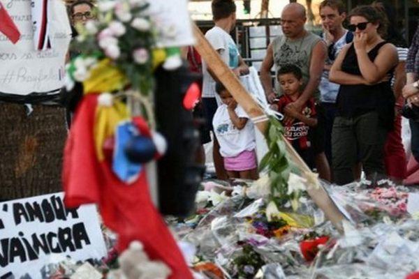 Dimanche, de nombreux hommages ont été rendus sur la Promenade des Anglais