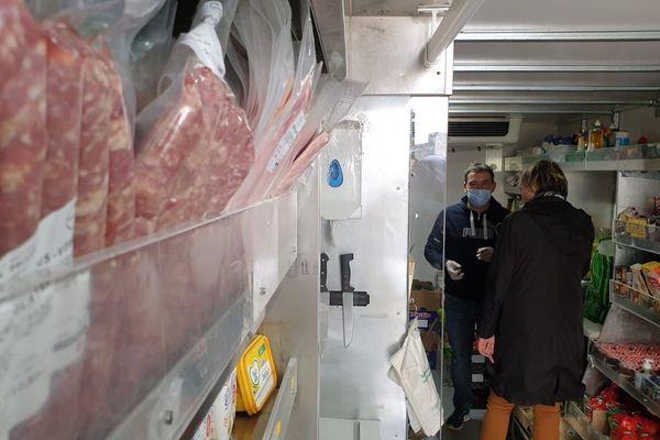 Désormais un seul client à la fois dans le camion épicerie d'Arnaud