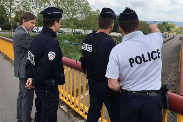"""Les forces de l'ordre ont été déployées dans toute la zone de défense Est pour une opération de contrôle contrôles """"vitesse et comportement"""". Comme ici à Nancy avec Morgan Tanguy (à gauche), directeur de cabinet du préfet de Meurthe-et-Moselle."""