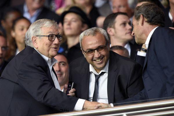 Fanfan Tagliaglioli serrant la main de Nicolas Sarkozy, au côté d'Olivier Miniconi, le président du GFCA, en août 2015 au Parc des Princes, où le PSG recevait le GFCA.