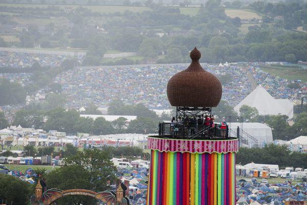 """Le gigantesque """"barnum"""" de Glastonbury dans la paisible campagne anglaise."""