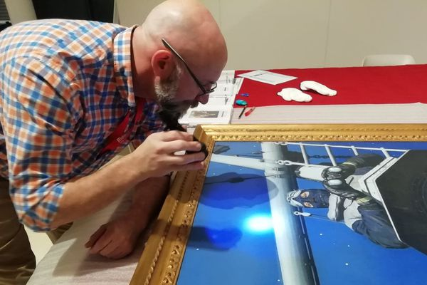 Martin Mahoney observe les moindres détails pour s'assurer que la toile n'a pas été endommagée pendant le voyage.