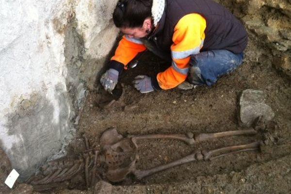 Une archéologue anthropologue exhume un squelette, place Saint-Germain à Rennes