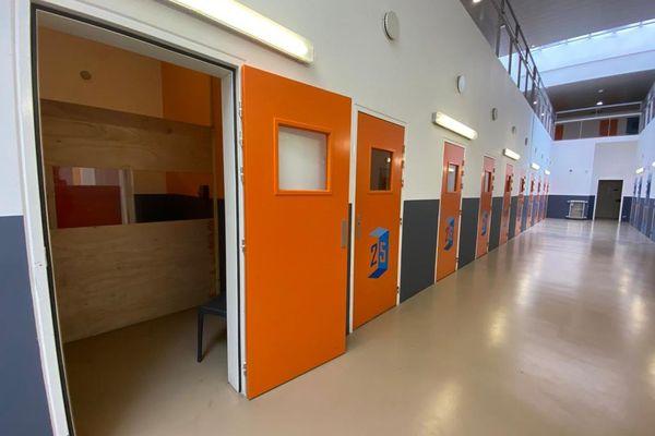 Covid. Dans les parloirs de la prison des Baumettes, un plexiglas encadré par deux planches assure la séparation.