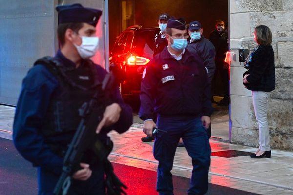 Jonathann Daval est arrivé peu avant 8 heures de la prison de Dijon, derrière les vitres teintées d'une berline noire. Et sur fond d'un lourd dispositif policier aux abords de la cour d'assises de Vesoul.