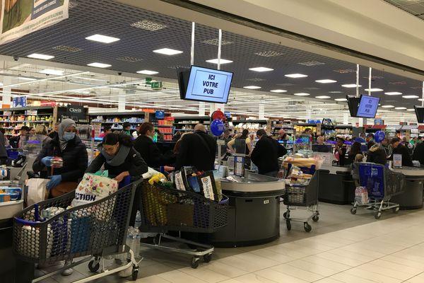 Le rush dans les supermarchés avant le confinement.