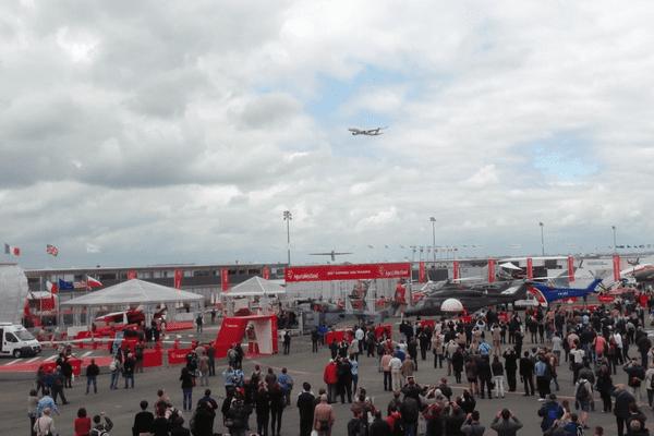 L'A350 survole le Salon du Bourget, vendredi 21 mai 2013, une semaine après son vol inaugural.