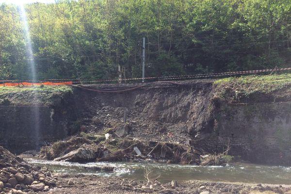 Le mur de soutènement qui s'est effondré le 11 mai dernier sera remonté, avec des enrochements dans la rivière le Gier pour faire face à toute nouvelle inondation.