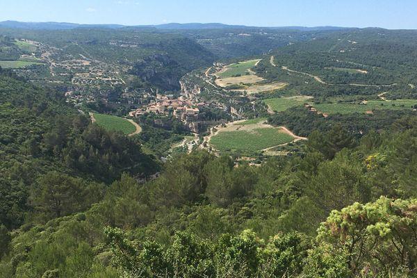 Minerve vue générale. Le village de Minerve vue depuis le Belvédère de Pujade. Avec le Causse du Minervois, les gorges de la Cesse et du Brian et le village de Minerve à la confluence.