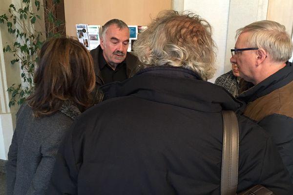 Le médecin de famille (au centre, de face) s'explique devant les médias.