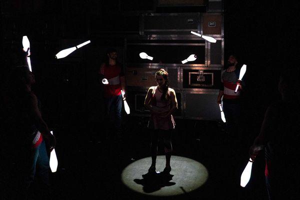 Les quilles lumineuses qui brillent dans l'obscurité