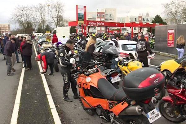 Les membres du collectif Colère 86 ont bloqué trois stations services de grandes surfaces de l'agglomération de Poitiers.