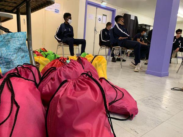 Des sacs à dos contenant du matériel de première nécessité tels que des kits chaleur et hygiène vont être distribués.