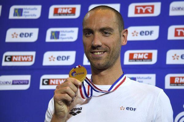 Jérémy Stravius a remporté l'or sur 50m dos lors des championnats de France 2019, à Rennes, le 21 avril 2019.
