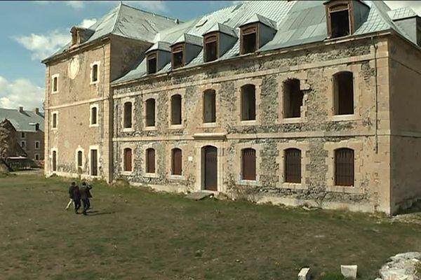 Ces bâtiments qui menacent de s'effondrer, c'est bientôt de l'histoire ancienne au fort des Têtes. Un colossal projet de réhabilitation va permettre à cet ouvrage militaire, classé à l'Unesco, d'être conservé.