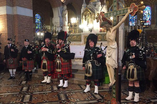 Le Hawick Pipe Band dans le choeur de l'église Saint-Vaast
