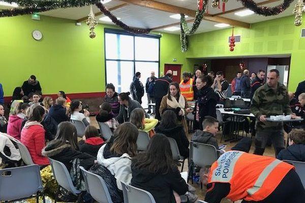 Les enfants sont rassemblés dans la salle communale de Rians en attendant de rentrer chez eux.