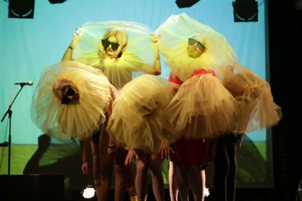 Les Paillettes, une troupe de drag queers, à mi-chemin entre dragqueens et performers queers, seront sur la scène du Crous de Reims ce samedi.