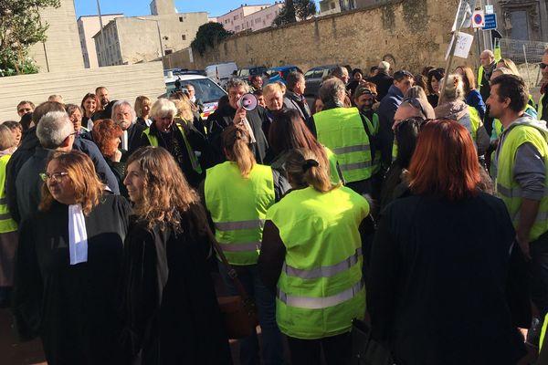 Le bâtonnier de l'ordre des avocats de Béziers, Eric Guilhabert, s'adresse aux avocats et aux gilets jaunes devant le Palais de Justice de Béziers - 4 décembre 2018