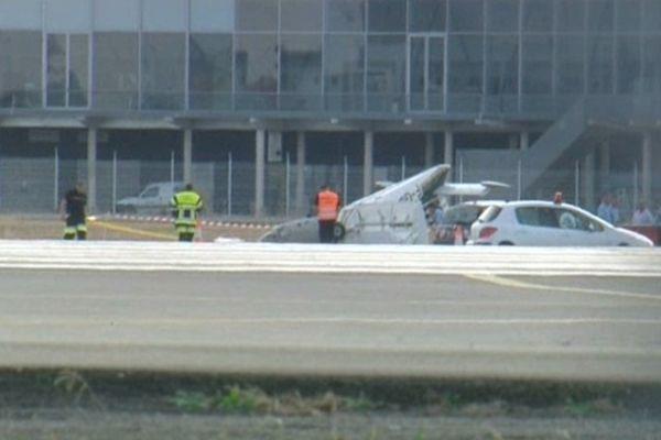 L'avion de tourisme est retombé au décollage entre deux pistes de l'aéroport de Toulouse.