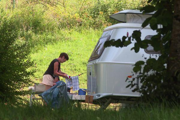 Ce camping de Pontarlier remporte un franc succès en ce moment. Isolé dans la verdure et en absence d'équipements, il n'est pas soumis aux règles du pass sanitaire.