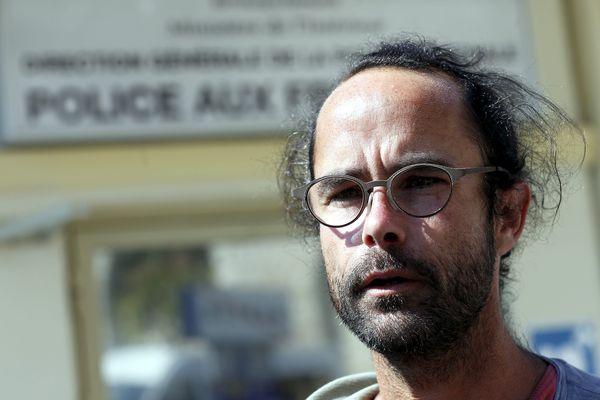 Cédric Herrou devant un local de la police aux frontières.