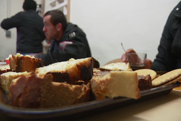 Même les jours fériés, les sans abris trouvent un repas et un accueil à Brin de Causette.
