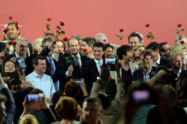 Les membres du PS réunis à la fin du congrès de Poitiers, ce dimanche.