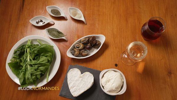 Les ingrédients pour une cassolette d'escargots au Neufchâtel et au pommeau.