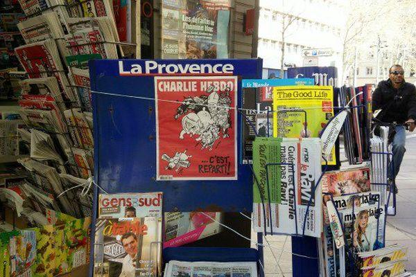 Dans les kiosques marseillais, Charlie Hebdo se vend doucement.
