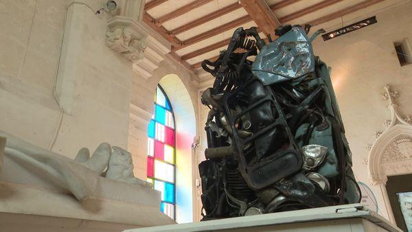 Réalisée par le sculpteur César en 1970, la compression de mobylette présentée au donjon de Vez est une oeuvre rare.