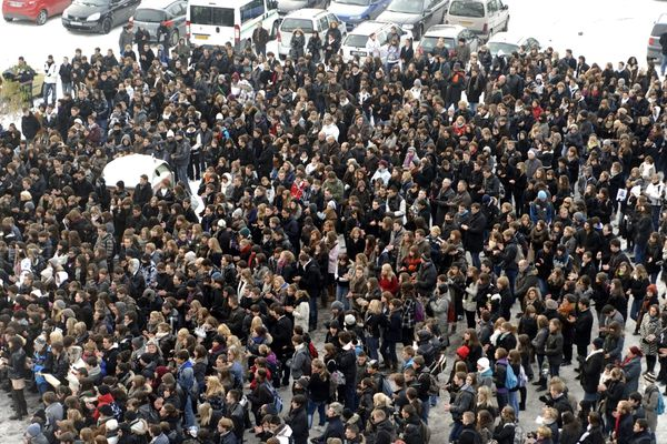 La foule converge vers le parking de l'Arsenal où a été retrouvé le corps de Pierre.