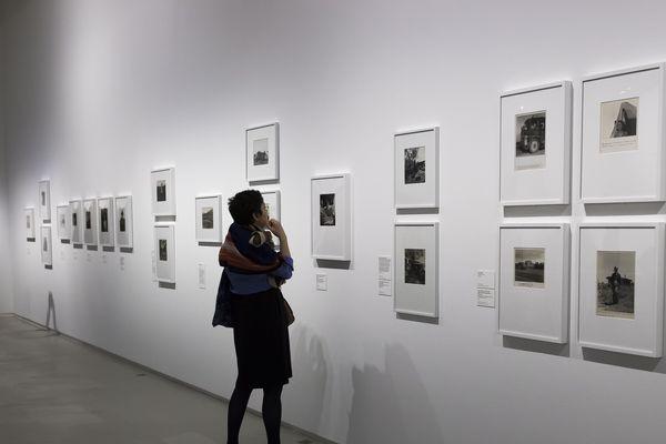 Des clichés de la photographe américaine Dorothea Lange exposés au musée du Jeu de Paume, en octobre 2018.