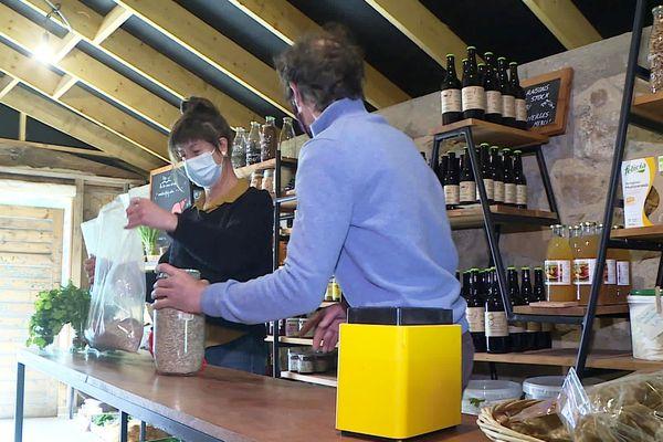Dans cette épicerie particulière, on est à la fois adhérent, client, épicier, et même pour certains, producteur