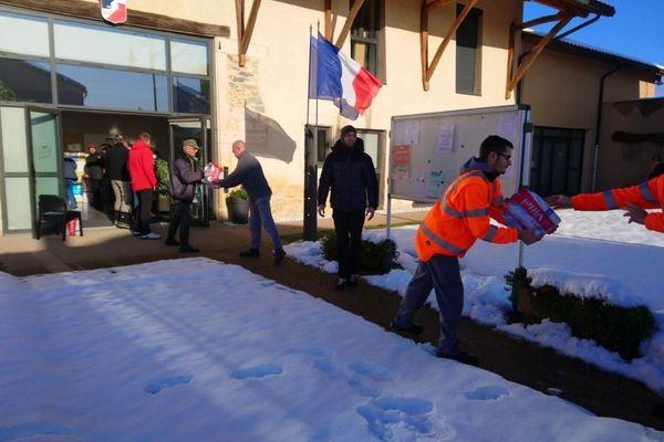 Distribution d'eau potable dans la mairie de Chèzeneuve, en Isère